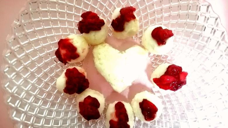 草莓山药,把炒好的草莓酱用小勺盛在山药上。