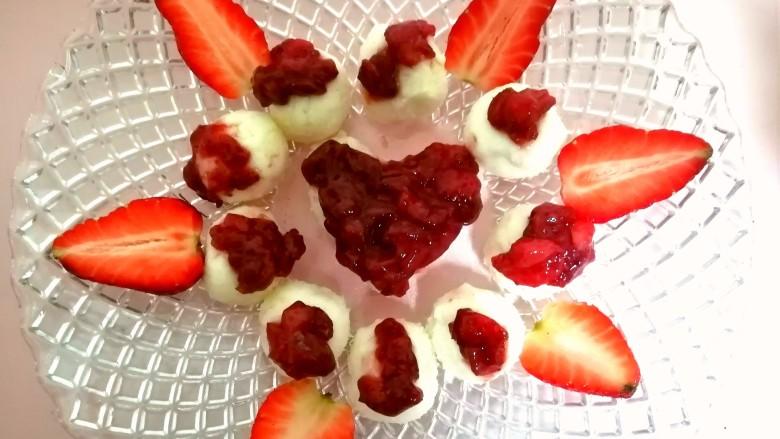 草莓山药,在摆几瓣新鲜的草莓。