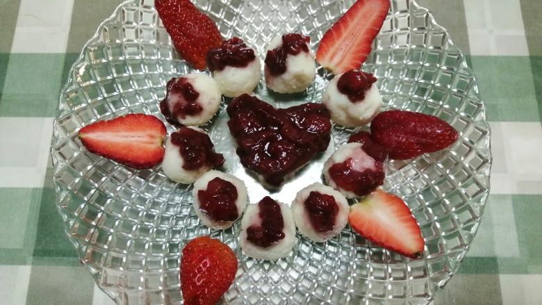草莓山药,糯糯的山药泥沾着酸甜的草莓酱,既营养,又可口!