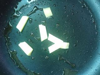 炖鸡汤,下姜片炒香
