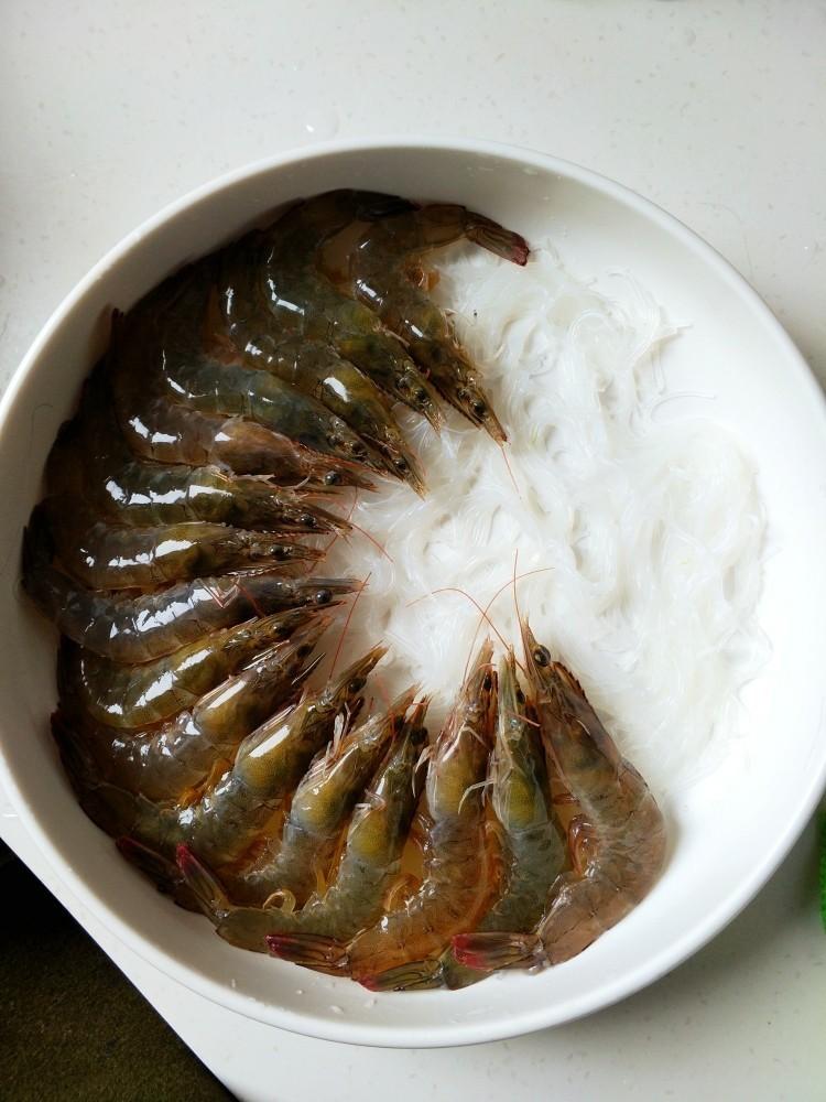 蒜蓉蒸大虾,先把虾均匀摆在粉丝盘四周