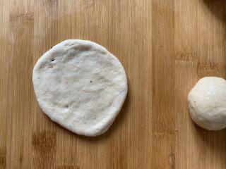 红豆饼,擀平