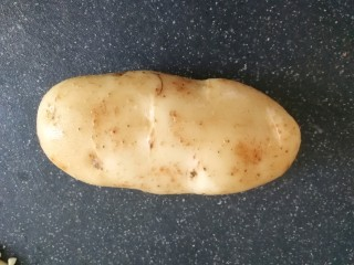 土豆焖鸡,土豆一个,洗干净