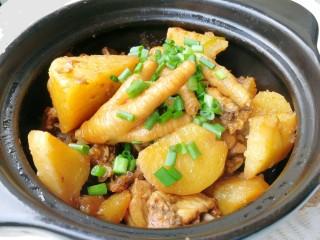土豆焖鸡,撒上葱花装饰,开吃啦