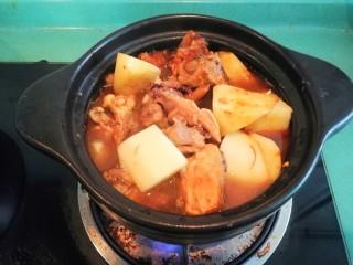 土豆焖鸡,加适量开水,盖上盖子中火焖半小时,接着揭盖大火收汁