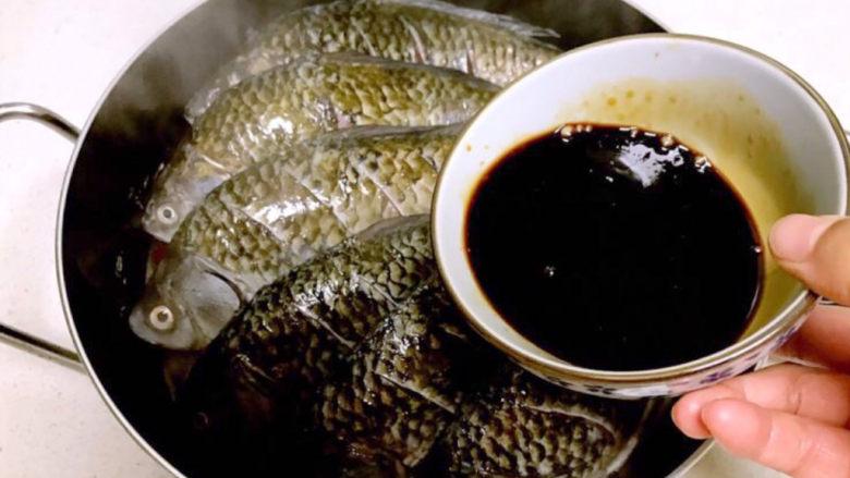 酱焖鲫鱼,把调好的酱汁倒入锅中
