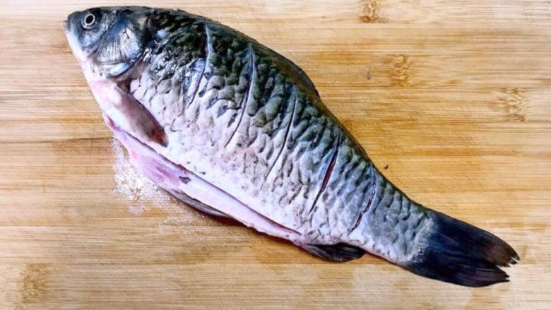 酱焖鲫鱼,在鱼身的两面各斜切5刀,便于入味