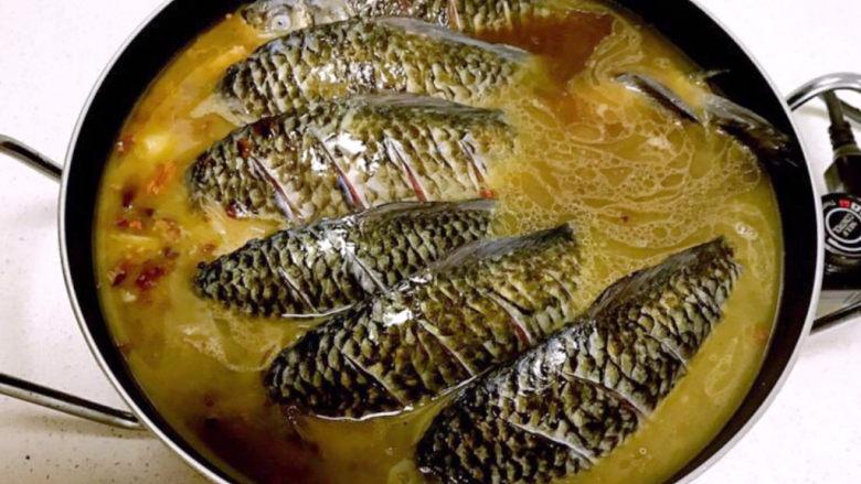 酱焖鲫鱼,加入温水,水量没过鲫鱼