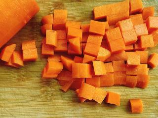 五彩龙利鱼,胡萝卜切成粒