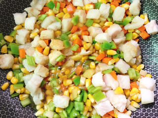 五彩龙利鱼,放入酱油、盐、白胡椒粉