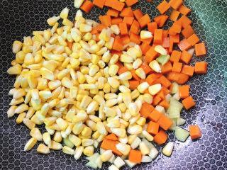 五彩龙利鱼,放入玉米和胡萝卜