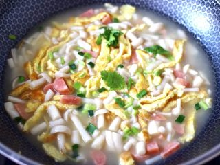 海鲜菇鸡蛋汤,大火烧开后,撒上葱花和香菜段即可关火。