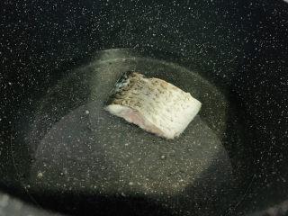 木瓜鲫鱼汤,一面金黄,翻另一面煎,然后加入适量清水;