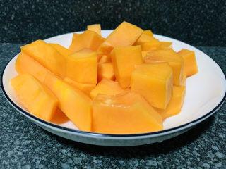 木瓜鲫鱼汤,煮木瓜鲫鱼汤的时候,把另半个木瓜削皮,切块,等会直接可以当水果吃;