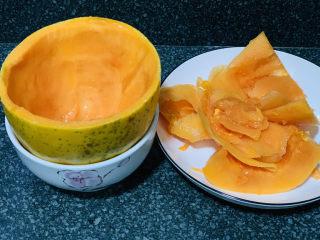 木瓜鲫鱼汤,然后用小刀,把木瓜肉挖出来,切块状,留着完整的半个皮,等会用来装汤用;