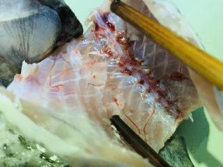木瓜鲫鱼汤,鱼肚子内黑膜也要去干净,这样不会苦,也减少腥味,切段,取鲫鱼靠近鱼尾的那段煮木瓜汤;