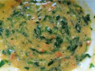 菠菜蛋卷,将鸡蛋面糊搅打均匀