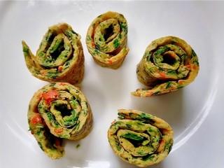 菠菜蛋卷,切成均匀的段