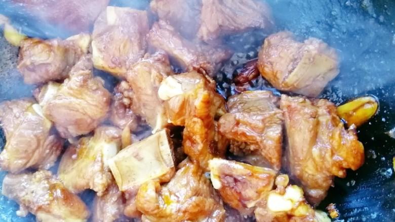 红烧排骨,下排骨,翻炒两面焦黄。