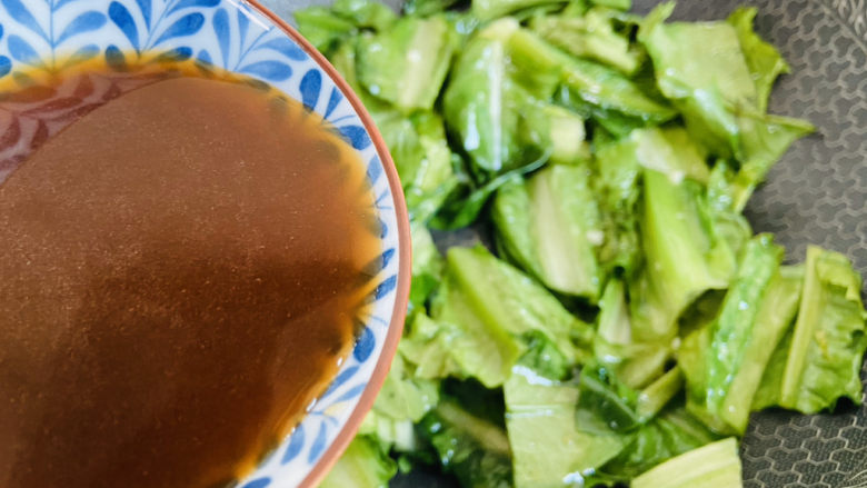 蚝油油麦菜,倒入蚝油汁