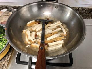韭菜炒豆腐➕千里莺啼绿映红,转中火,倒入适量清水,没过豆腐一多半