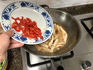 韭菜炒豆腐➕千里莺啼绿映红,汤汁浓郁加入红椒,继续收汁到汤汁比较少