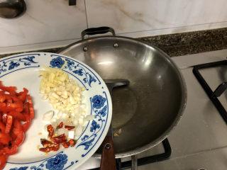 韭菜炒豆腐➕千里莺啼绿映红,炸豆腐的油留底油,小火,加入姜蒜末煸香