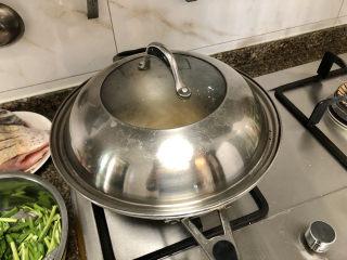 韭菜炒豆腐➕千里莺啼绿映红,加盖,中火炖煮10分钟