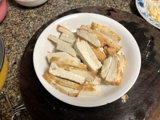 韭菜炒豆腐➕千里莺啼绿映红,煎好的豆腐切半公分厚的片状,阿晨妈妈今天买的豆腐比较嫩,老豆腐炸起来更方便