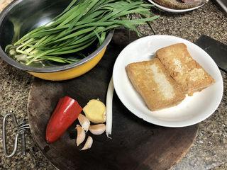 韭菜炒豆腐➕千里莺啼绿映红,还需要一小把韭菜,红椒半颗,姜一小块,葱白一根,🧄4瓣