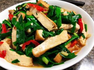韭菜炒豆腐➕千里莺啼绿映红,豆腐边脆内嫩,韭菜鲜嫩,咸鲜味美,营养丰富,很简单的一道素食,喜欢的小伙伴一起来试试吧😄