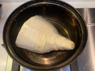 春笋炒腊肉,锅里加入清水,放入春笋,煮开后捞出