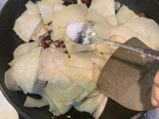 春笋炒腊肉,放入半勺盐