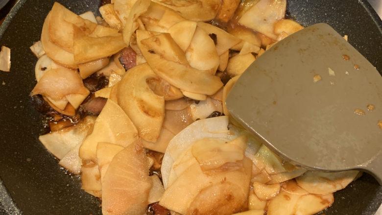 春笋炒腊肉,大火翻炒,把香味炒出即可出锅