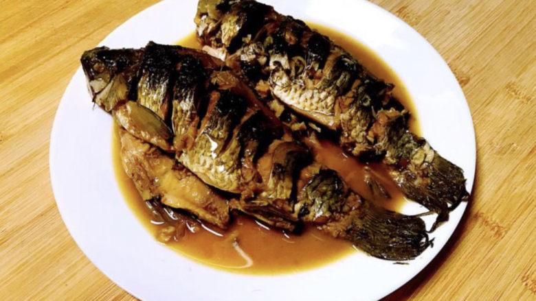 酱焖鲫鱼,这道酱焖鲫鱼,鲫鱼不需要煎炸,直接下锅,做出来的鱼肉味道鲜美,肉质细嫩,非常好吃~