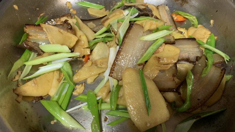 春笋炒腊肉,最后放入蒜苗翻炒几下即可出锅