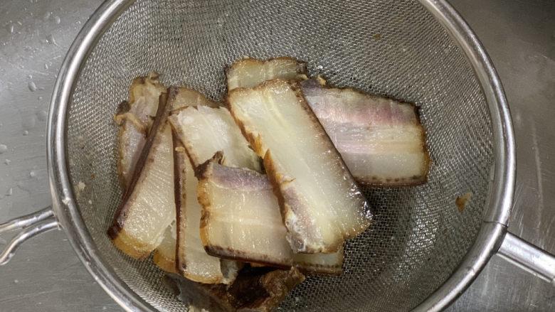春笋炒腊肉,腊肉切片,清洗表面灰尘后淋开水,再次清洗