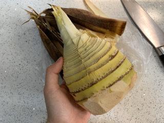 泡椒春筍,沿著下刀的地方往兩邊撥開,殼殼就去干凈了