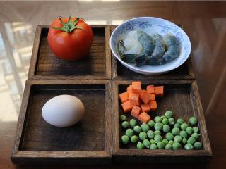 鸿运滑蛋虾,虾去头去壳,留尾巴一点点壳即可。胡萝卜切成小块,甜豆去豆荚。