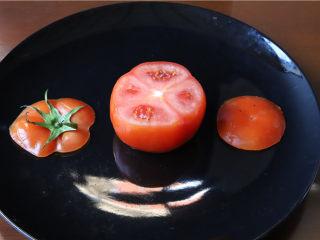 鸿运滑蛋虾,番茄上下横着各切一刀,让它可以平着放即可。