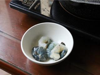 鸿运滑蛋虾,虾放少许盐、糖、生粉,腌制几分钟。