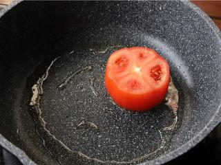 鸿运滑蛋虾,番茄煎至熟。