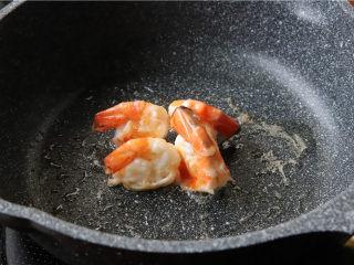 鸿运滑蛋虾,虾煎或者炒至熟透。
