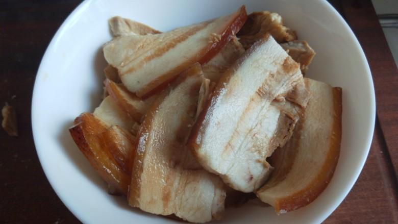 四川烧白,在铺上一层肉片。