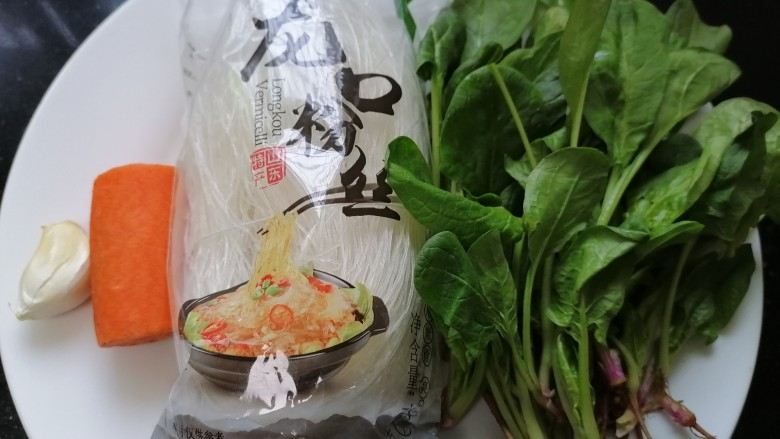 凉拌菠菜粉丝,准备好所需材料
