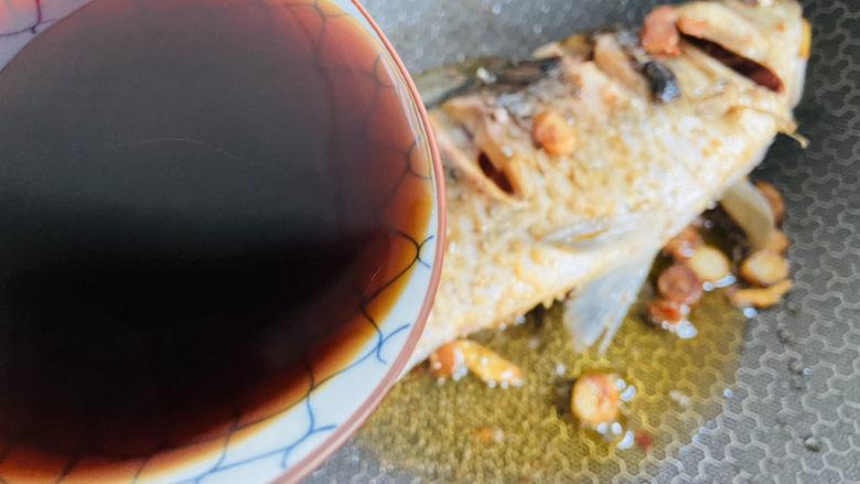 酱焖鲫鱼,倒入调料汁