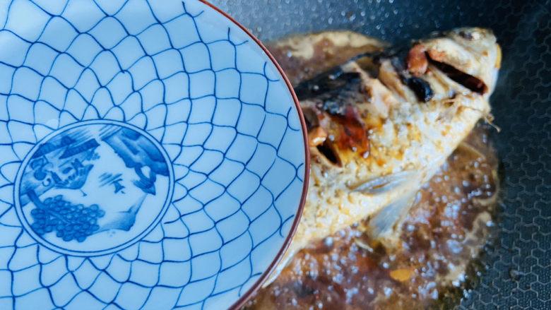 酱焖鲫鱼,加入适量热水大火煮开转中小火焖煮十分钟