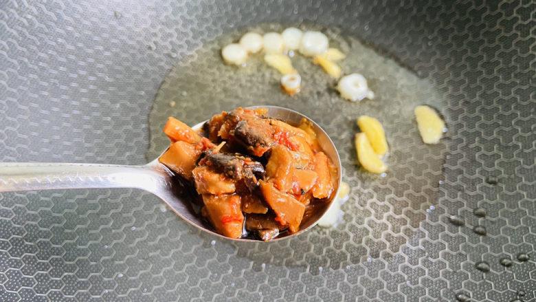 酱焖鲫鱼,加入一勺香菇春笋酱