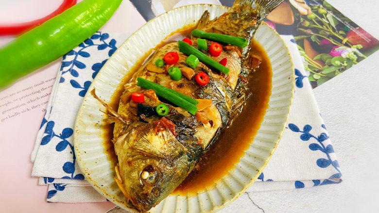 酱焖鲫鱼,酱焖鲫鱼咸香浓郁,肉质细嫩。