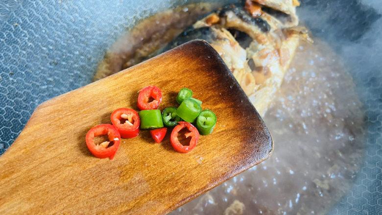 酱焖鲫鱼,入青椒、小米辣